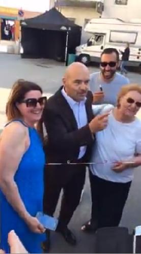 http://www.ragusanews.com//immagini_articoli/29-05-2017/zingaretti-lascia-salutare-signore-attesa-selfie-500.jpg