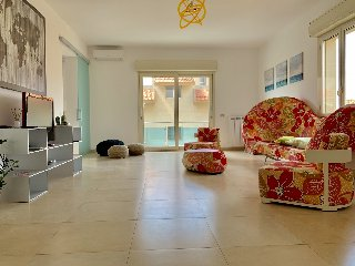 https://www.ragusanews.com//immagini_articoli/29-05-2019/1559160995-searooms-stanze-a-mare-a-donnalucata-1-240.jpg