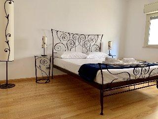 https://www.ragusanews.com//immagini_articoli/29-05-2019/1559161116-searooms-stanze-a-mare-a-donnalucata-1-240.jpg