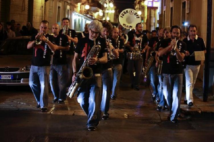 https://www.ragusanews.com//immagini_articoli/29-06-2014/funky-off-banda-marching-travolge-vittoria-500.jpg