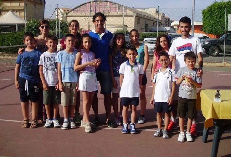 http://www.ragusanews.com//immagini_articoli/29-06-2015/tennis-bene-le-ragazze-della-planet-modica-500.jpg