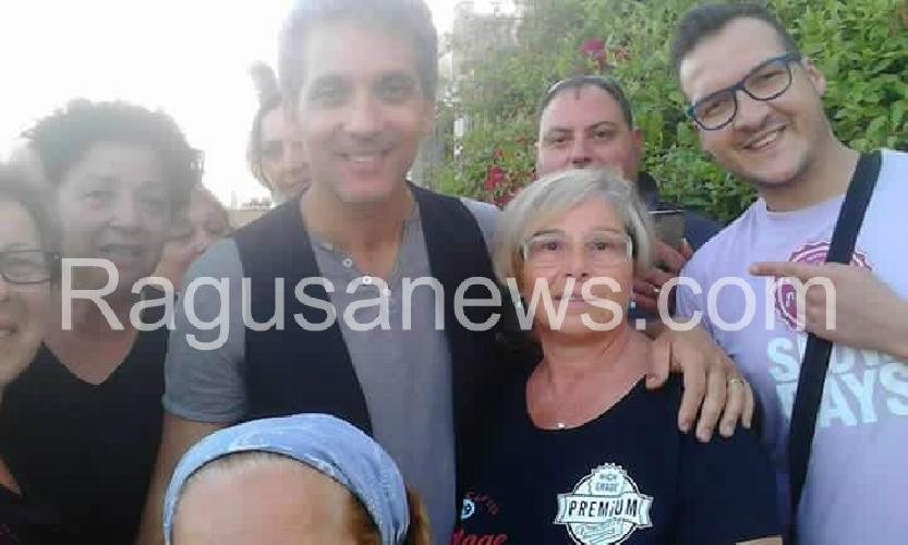 http://www.ragusanews.com//immagini_articoli/29-06-2016/chiedilo-al-mare-fiorello-gira-a-sampieri-500.jpg