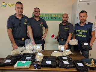 http://www.ragusanews.com//immagini_articoli/29-06-2017/eroina-cocaina-sequestrati-porto-pozzallo-240.jpg