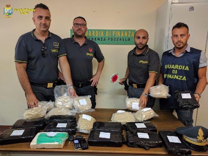 http://www.ragusanews.com//immagini_articoli/29-06-2017/eroina-cocaina-sequestrati-porto-pozzallo-500.jpg