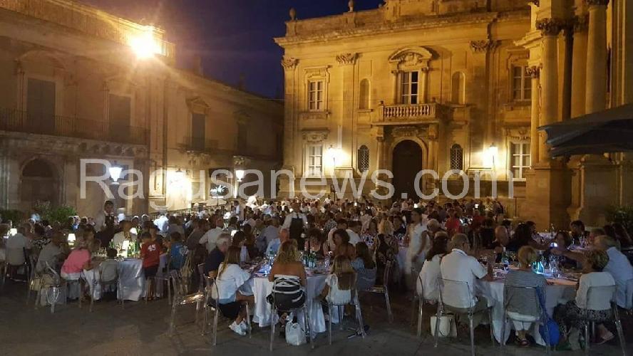 https://www.ragusanews.com//immagini_articoli/29-06-2017/ibla-mangiatoia-barocca-broccati-doppi-servizi-500.jpg