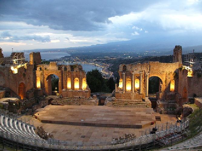 http://www.ragusanews.com//immagini_articoli/29-06-2017/taormina-teatro-greco-apre-dopo-tramonto-500.jpg