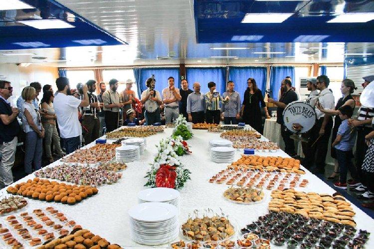https://www.ragusanews.com//immagini_articoli/29-06-2018/traghetto-festoso-mondo-unisce-calabria-sicilia-500.jpg