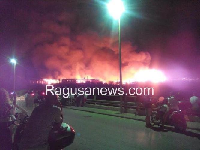 http://www.ragusanews.com//immagini_articoli/29-07-2014/un-incendio-distrugge-lo-chalet-itaparica-500.jpg