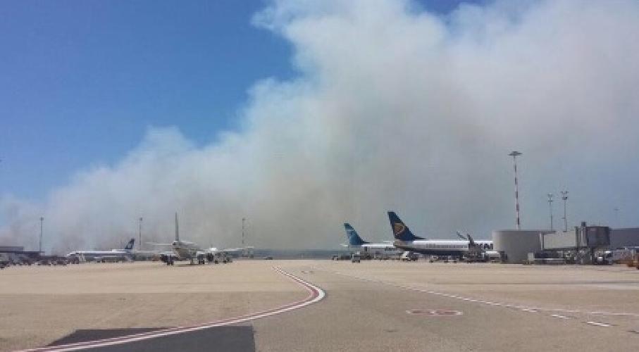 http://www.ragusanews.com//immagini_articoli/29-07-2015/incendio-a-fiumicino-ritardi-nei-voli-500.jpg