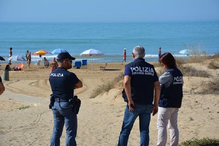 http://www.ragusanews.com//immagini_articoli/29-07-2017/spacciava-spiaggia-arrestato-tunisino-punta-braccetto-500.jpg