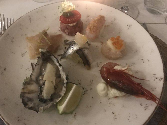 https://www.ragusanews.com//immagini_articoli/29-07-2018/1532899785-chef-mette-tavola-1-500.jpg