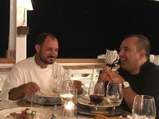 https://www.ragusanews.com//immagini_articoli/29-07-2018/chef-mette-tavola-240.jpg