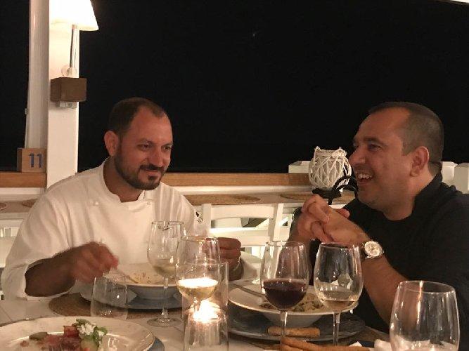 https://www.ragusanews.com//immagini_articoli/29-07-2018/chef-mette-tavola-500.jpg