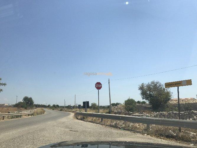 https://www.ragusanews.com//immagini_articoli/29-07-2018/convento-milizie-strada-dove-cappottano-auto-500.jpg