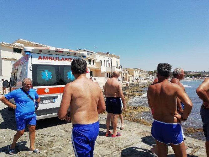 https://www.ragusanews.com//immagini_articoli/29-07-2018/moletto-donna-tenta-salire-barca-sbatte-testa-scogli-500.jpg