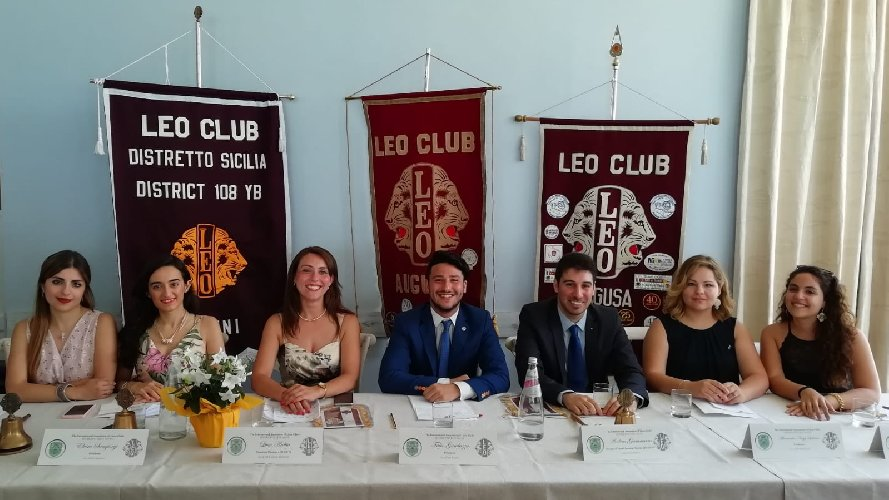 https://www.ragusanews.com//immagini_articoli/29-07-2019/i-leo-club-si-passano-la-campana-500.jpg