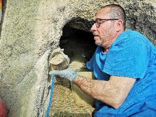 https://www.ragusanews.com//immagini_articoli/29-07-2020/1596040307-archeologia-ritrovamenti-nella-necropoli-di-sant-angelo-muxaro-1-240.jpg