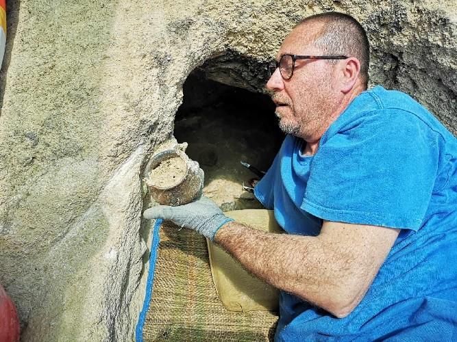 https://www.ragusanews.com//immagini_articoli/29-07-2020/1596040307-archeologia-ritrovamenti-nella-necropoli-di-sant-angelo-muxaro-1-500.jpg
