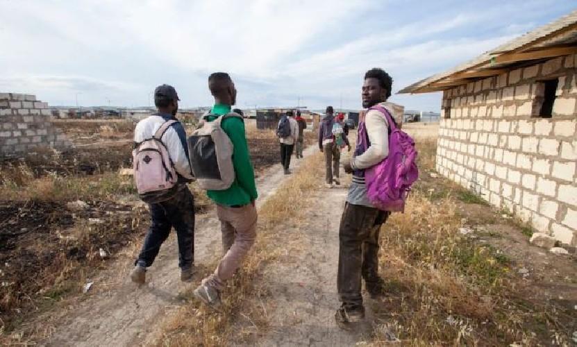 https://www.ragusanews.com//immagini_articoli/29-07-2020/migranti-50-scappano-da-centro-cifali-25-dal-bus-navetta-verso-pozzallo-500.jpg