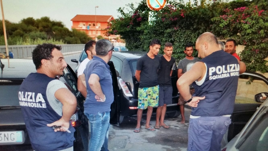 http://www.ragusanews.com//immagini_articoli/29-08-2015/poliziotti-in-costume-arrestano-5-spacciatori-500.jpg
