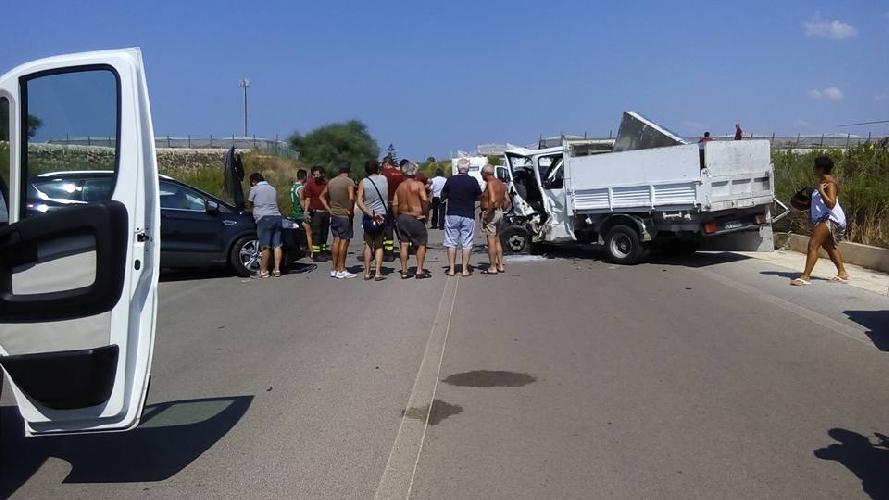 http://www.ragusanews.com//immagini_articoli/29-08-2015/scontro-auto-furgone-un-ferito-grave-500.jpg