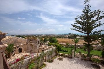 http://www.ragusanews.com//immagini_articoli/29-08-2017/mandra-villa-barone-alfieri-pozzallo-240.jpg