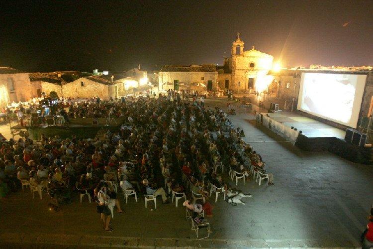 https://www.ragusanews.com//immagini_articoli/29-08-2018/cinema-frontiera-marzamemi-film-concorso-500.jpg