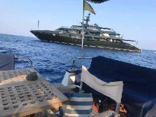 https://www.ragusanews.com//immagini_articoli/29-08-2019/1567035183-yacht-re-giorgio-armani-a-panarea-foto-1-240.jpg