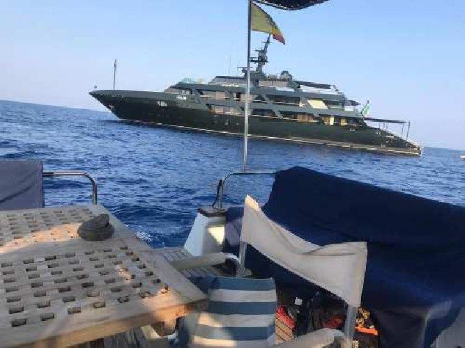 https://www.ragusanews.com//immagini_articoli/29-08-2019/1567035183-yacht-re-giorgio-armani-a-panarea-foto-1-500.jpg