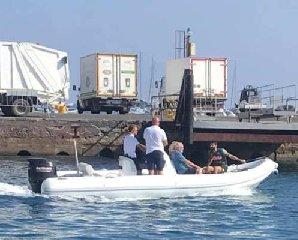 https://www.ragusanews.com//immagini_articoli/29-08-2019/1567035183-yacht-re-giorgio-armani-a-panarea-foto-2-240.jpg