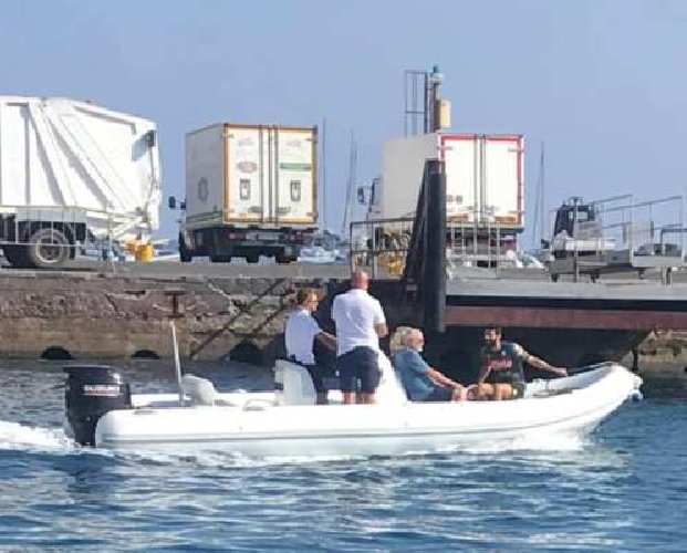 https://www.ragusanews.com//immagini_articoli/29-08-2019/1567035183-yacht-re-giorgio-armani-a-panarea-foto-2-500.jpg