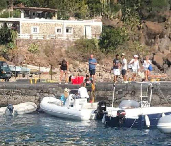 https://www.ragusanews.com//immagini_articoli/29-08-2019/1567035384-yacht-re-giorgio-armani-a-panarea-foto-1-500.jpg