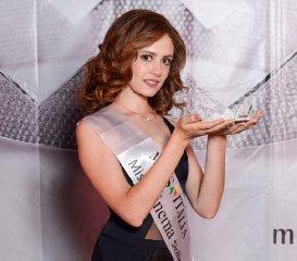 https://www.ragusanews.com//immagini_articoli/29-08-2019/1567075468-serena-petralia-concorre-per-miss-italia-1-240.jpg