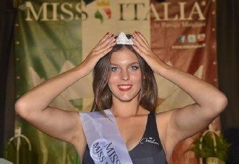 https://www.ragusanews.com//immagini_articoli/29-08-2019/1567075530-serena-petralia-concorre-per-miss-italia-1-240.jpg