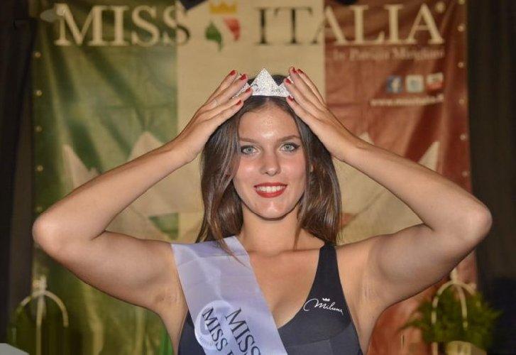 https://www.ragusanews.com//immagini_articoli/29-08-2019/1567075530-serena-petralia-concorre-per-miss-italia-1-500.jpg