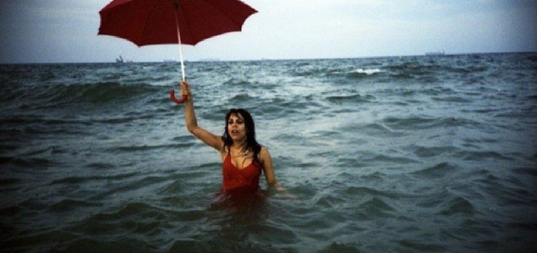 https://www.ragusanews.com//immagini_articoli/29-08-2019/sicilia-piove-e-i-bagnanti-fuggono-spiaggia-500.jpg