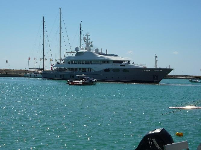 http://www.ragusanews.com//immagini_articoli/29-09-2014/al-porto-di-marina-uno-yacht-di-54-metri-500.jpg