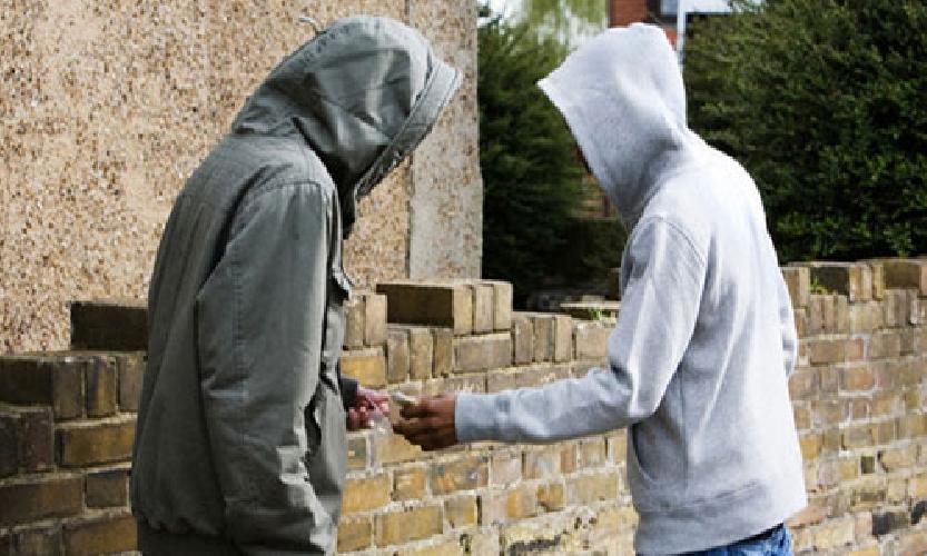 Droga in città: scappa infilandosi la marijuana nelle mutande, arrestato 26enne