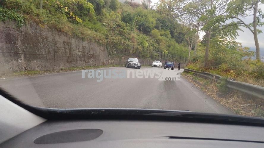 https://www.ragusanews.com//immagini_articoli/29-09-2017/incidente-circonvallazione-chiaramonte-coinvolte-auto-500.jpg