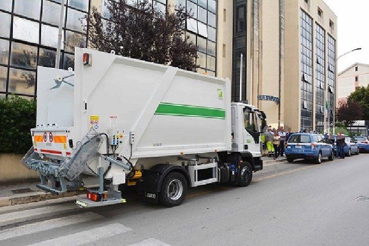 https://www.ragusanews.com//immagini_articoli/29-09-2018/albanese-rubato-camion-rifiuti-500.jpg