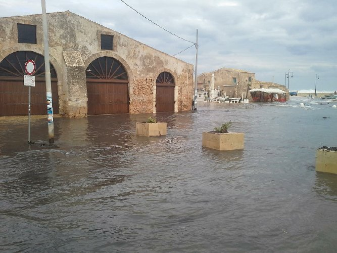 https://www.ragusanews.com//immagini_articoli/29-09-2018/ciclone-marzamemi-sott-acqua-video-500.jpg