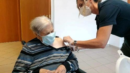 https://www.ragusanews.com//immagini_articoli/29-09-2021/vaccini-covid-la-sicilia-accelera-sulla-terza-dose-pronti-con-gli-over-80-280.jpg
