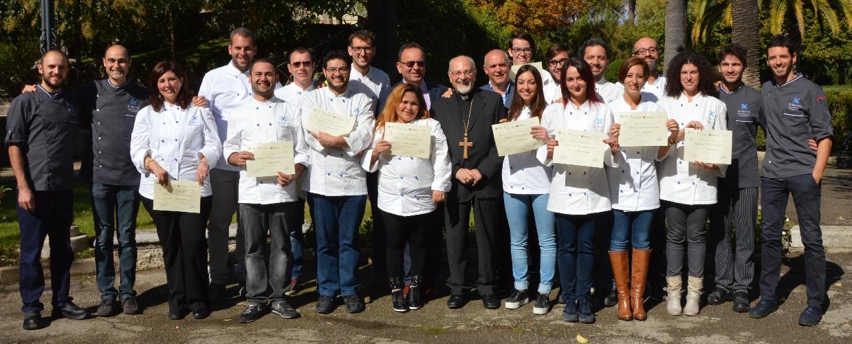 http://www.ragusanews.com//immagini_articoli/29-10-2014/consegnati-i-diplomi-per-il-secondo-corso-di-cuochi-professionisti-500.jpg