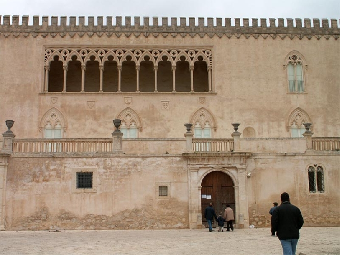 http://www.ragusanews.com//immagini_articoli/29-10-2014/si-restaura-la-facciata-del-castello-di-donnafugata-500.jpg