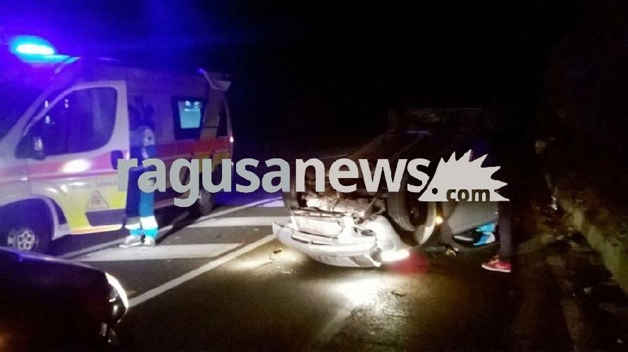 https://www.ragusanews.com//immagini_articoli/29-10-2017/auto-cappotta-feriti-acate-500.jpg