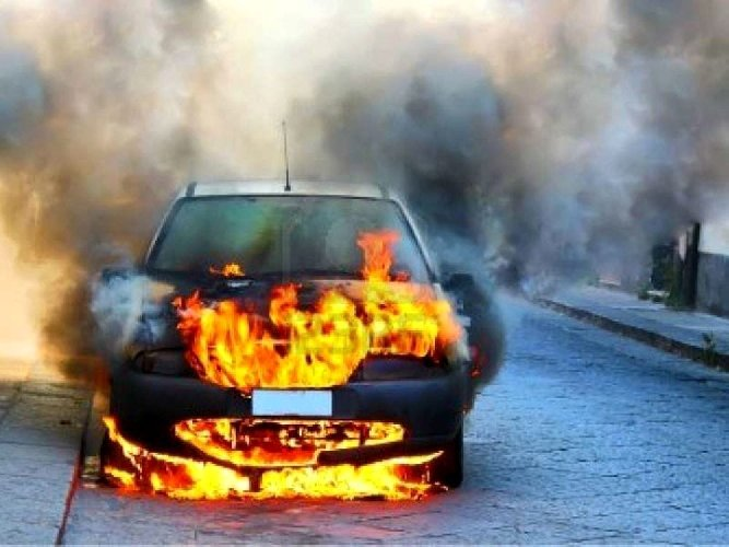 https://www.ragusanews.com//immagini_articoli/29-10-2018/auto-fiamme-pieno-giorno-comiso-500.jpg