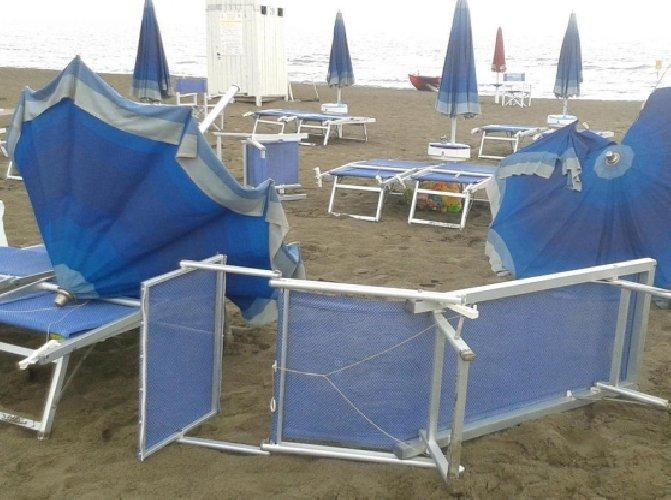 https://www.ragusanews.com//immagini_articoli/29-10-2018/bimba-anno-colpita-ombrellone-spazzato-vento-500.jpg