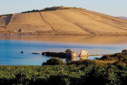 https://www.ragusanews.com//immagini_articoli/29-10-2020/il-blu-dei-laghi-di-sicilia-e-il-lago-arancio-280.jpg