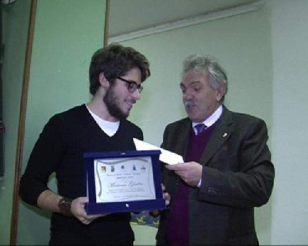 https://www.ragusanews.com//immagini_articoli/29-11-2013/giulio-maione-studente-meritevole-e-premiato-500.jpg