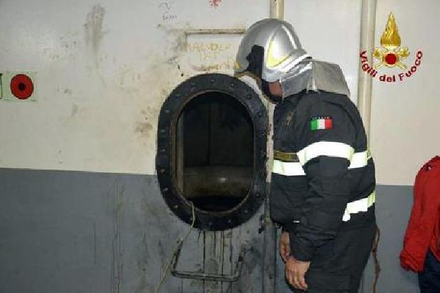 https://www.ragusanews.com//immagini_articoli/29-11-2016/morti-4-operai-in-traghetto-a-messina-420.jpg